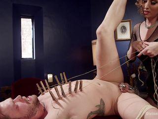 Ебет парня страпоном онлайн